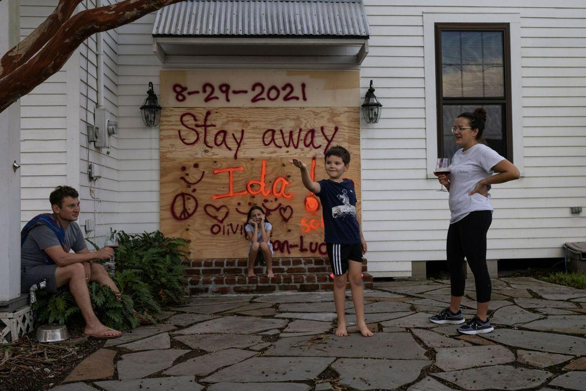Jean-Luc Bourg, 8 ans, attrape une araignée devant sa sœur, Olivia, 10 ans. Ses parents, Jean Paul et ...