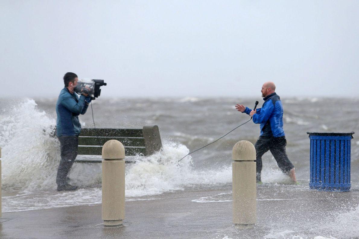 29 août 2021 : une équipe de journalistes fait état des conditions météorologiques alors qu'Ida soulève d'immenses vagues ...