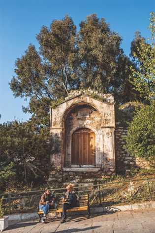 Une rue athénienne typique contient des ruines comme celle-ci.