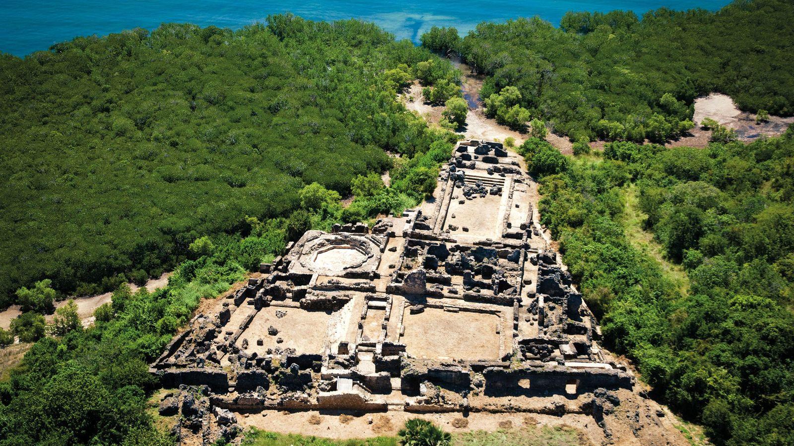 Les ruines du Husuni Kubwa, le palais fortifié de Kilwa, en Tanzanie, surplombent l'océan Indien.La résidence ...