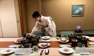 Dans le ryokan Yoshikawaya qu'elle dirige avec son mari et ses beaux-parents à Iizaka Onsen (préfecture ...