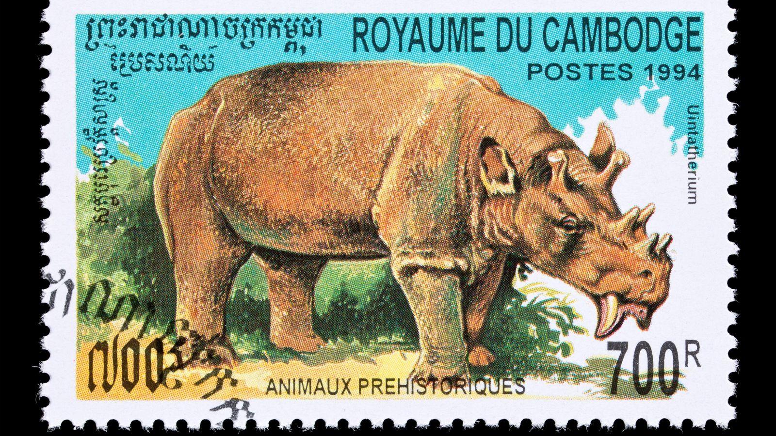 Le mammifère disparu Uintatherium, ci-dessus tel qu'il apparaît sur un timbre du Cambodge, vivait il y ...