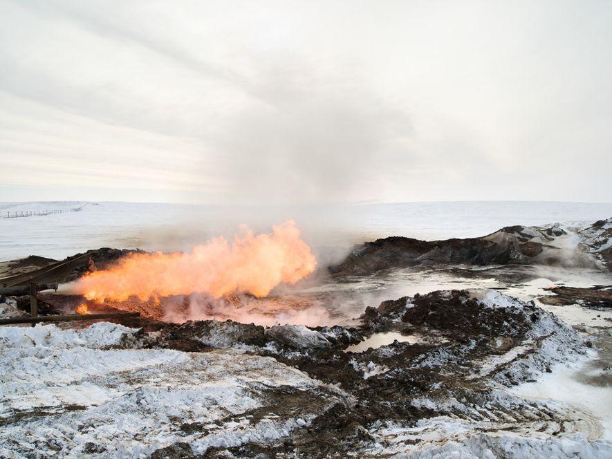Du gaz brûle sur un site de forage de la péninsule de Yamal. Dans les opérations ...