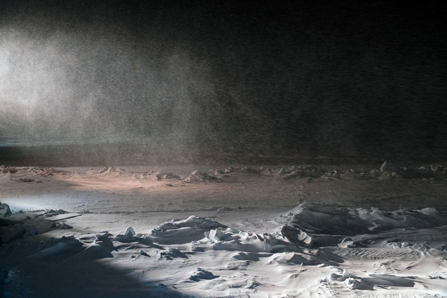 Le phare d'un brise-glace transperce une tempête de neige sur la mer de Kara, près de ...