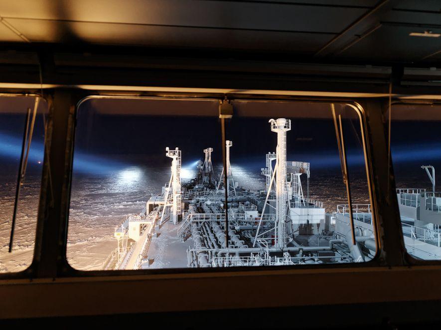 La nuit sur la mer de Kara, de puissants projecteurs illuminent la glace sur le parcours ...