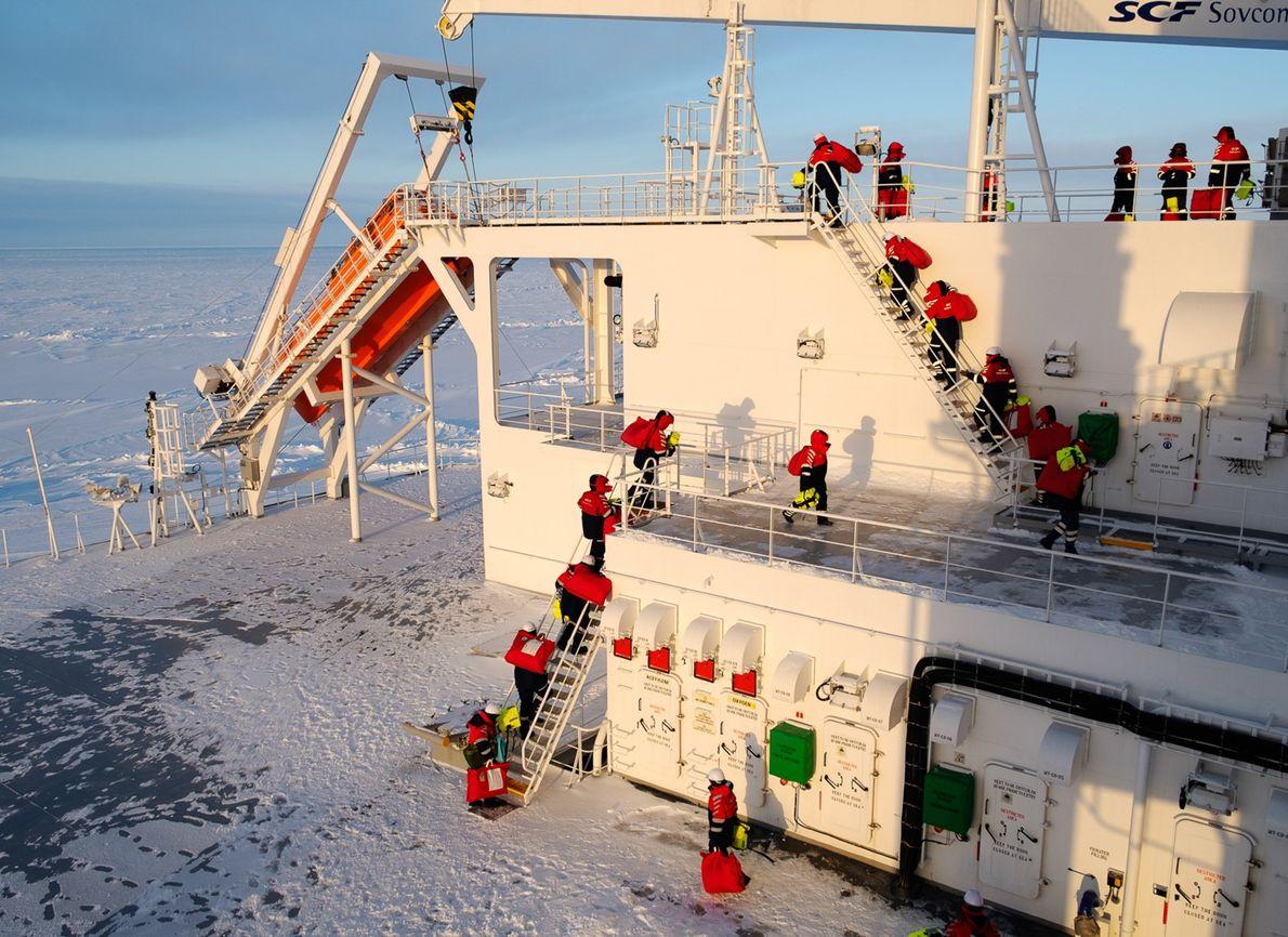 L'équipage du navire s'engage dans un exercice de gestion d'incendie.