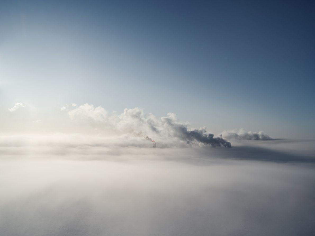 En hiver à Sabetta, seules les torches de brûlage et leurs colonnes de fumée sont suffisamment ...
