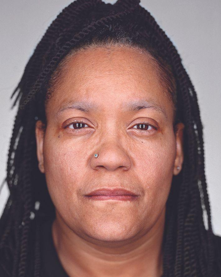 Sabrina Smith : comté de Lowndes, Massachusetts. Cinq ans en détention, donc la moitié dans le couloir ...