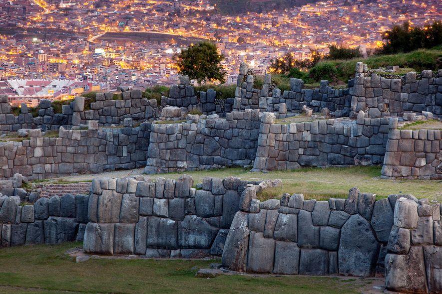 L'ancienne forteresse de Sacsayhuamán contraste avec les bâtiments modernes de Cuzco.