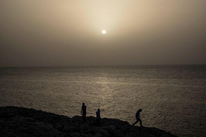 Un coucher de soleil aux couleurs étranges, teinté par le nuage de poussière du Sahara à ...