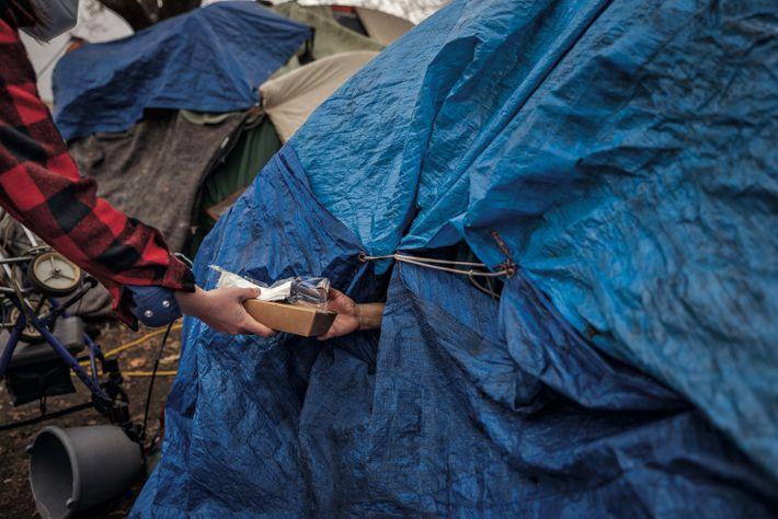 Saint Paul. Minnesota. Survivre dans un village de tentes Un bénévole d'Involve MN distribue des repas ...