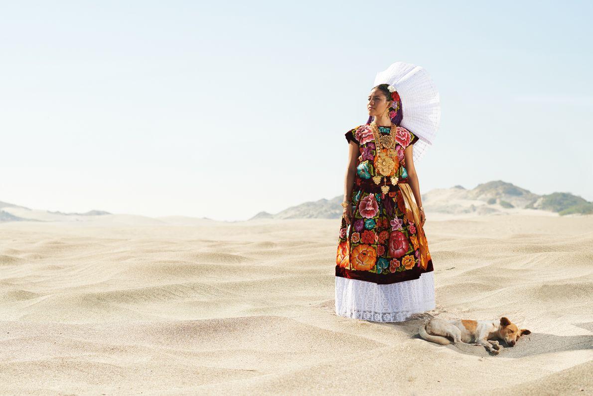 Une femme originaire de l'isthme de Tehuantepec est vêtue d'une robe traditionnelle ayant appartenu à sa ...