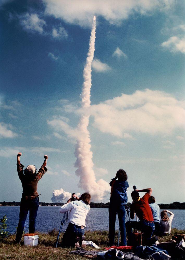 La navette Challenger décolle de la rampe de lancement du Kennedy Space Center avec à son ...