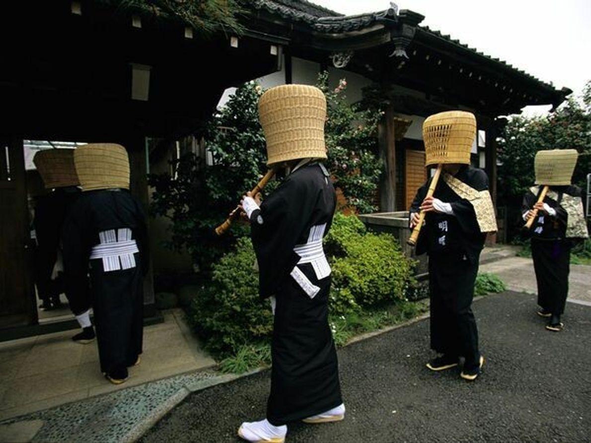 Rappelant une forme de mendicité adoptée par les samouraïs sans maître appelée ronin, des membres de ...