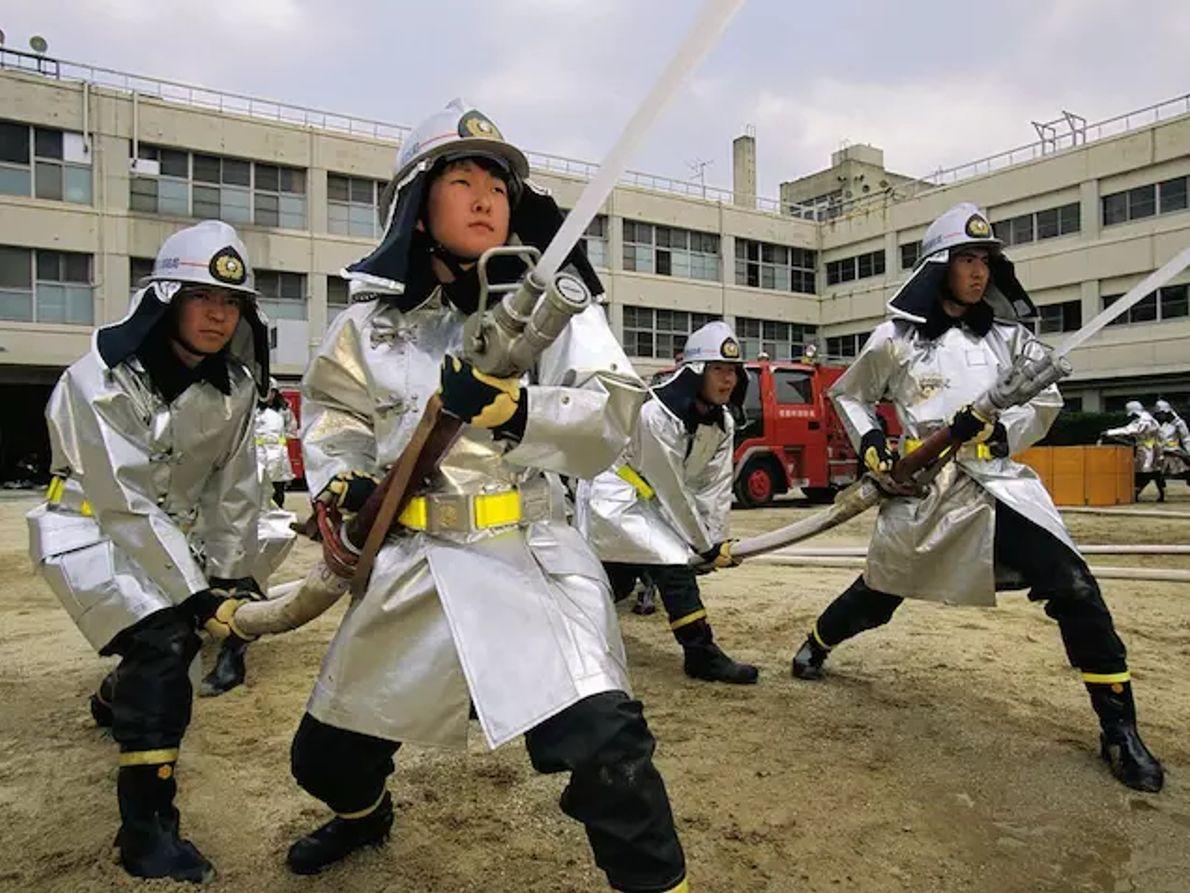 Des airs de samouraïs perdurent à Kyoto, où les pompiers en formation portent des couvre-chefs pour le moins guerriers. En ...
