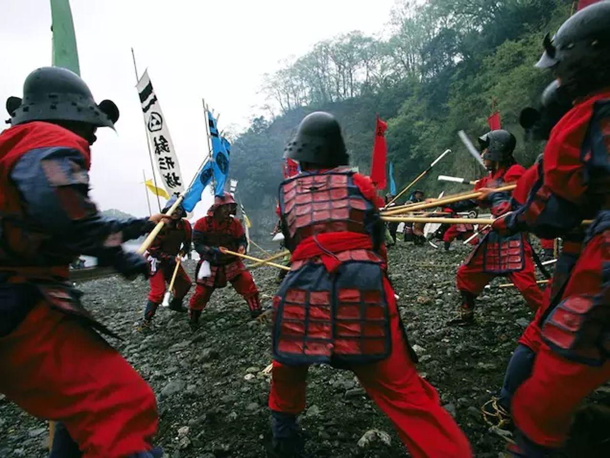 Des samouraïs s'affrontent lors d'une reconstitution de bataille le long de la rivière Ara à Yorii, ...
