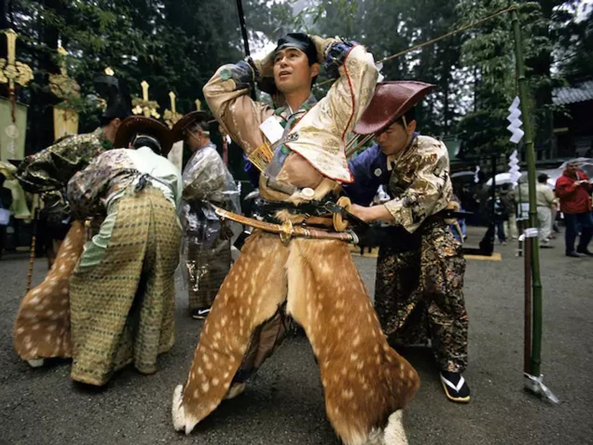 Des jambières en peau de cerf complètent la tenue de chasse médiévale portée par les participants ...