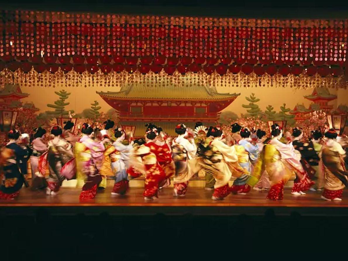 Plaisir défendu pour les samouraïs, les spectacles de geishas et leurs ballets de kimonos sont toujours joués sur ...