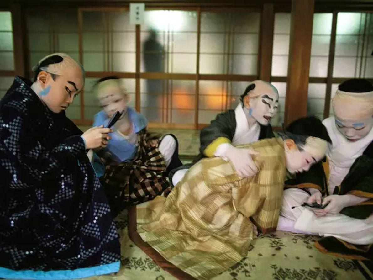 Des samouraïs de tous grades jouaient au jeu de go, un jeu de société de conquête territoriale.