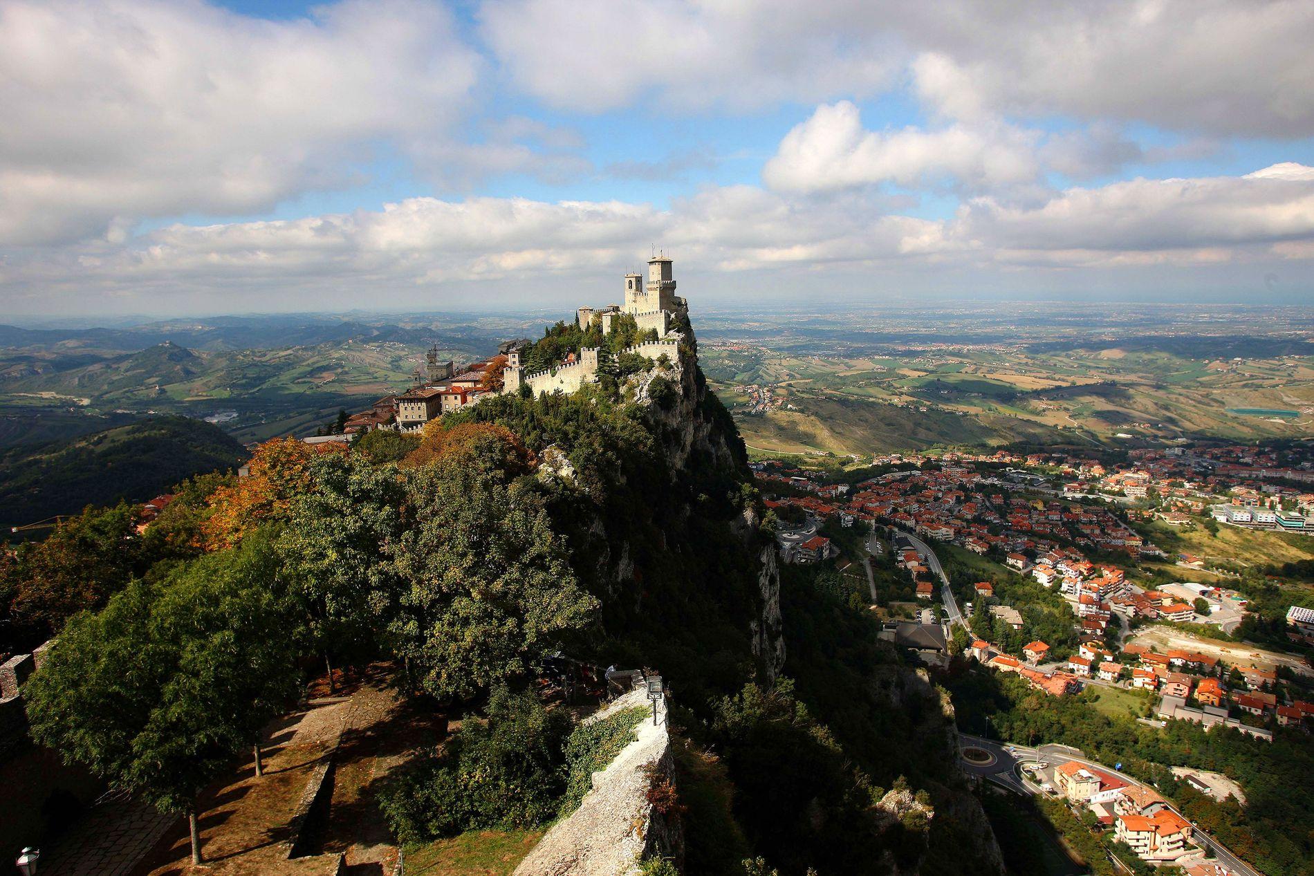 Avec une superficie de 61.2 km², Saint-Marin est un micro-État niché sur une falaise et offrant une vue dégagée sur toute l'Italie.