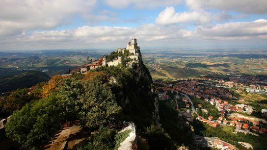 Avec une superficie de 61.2 km², Saint-Marin est un micro-État niché sur une falaise et offrant ...