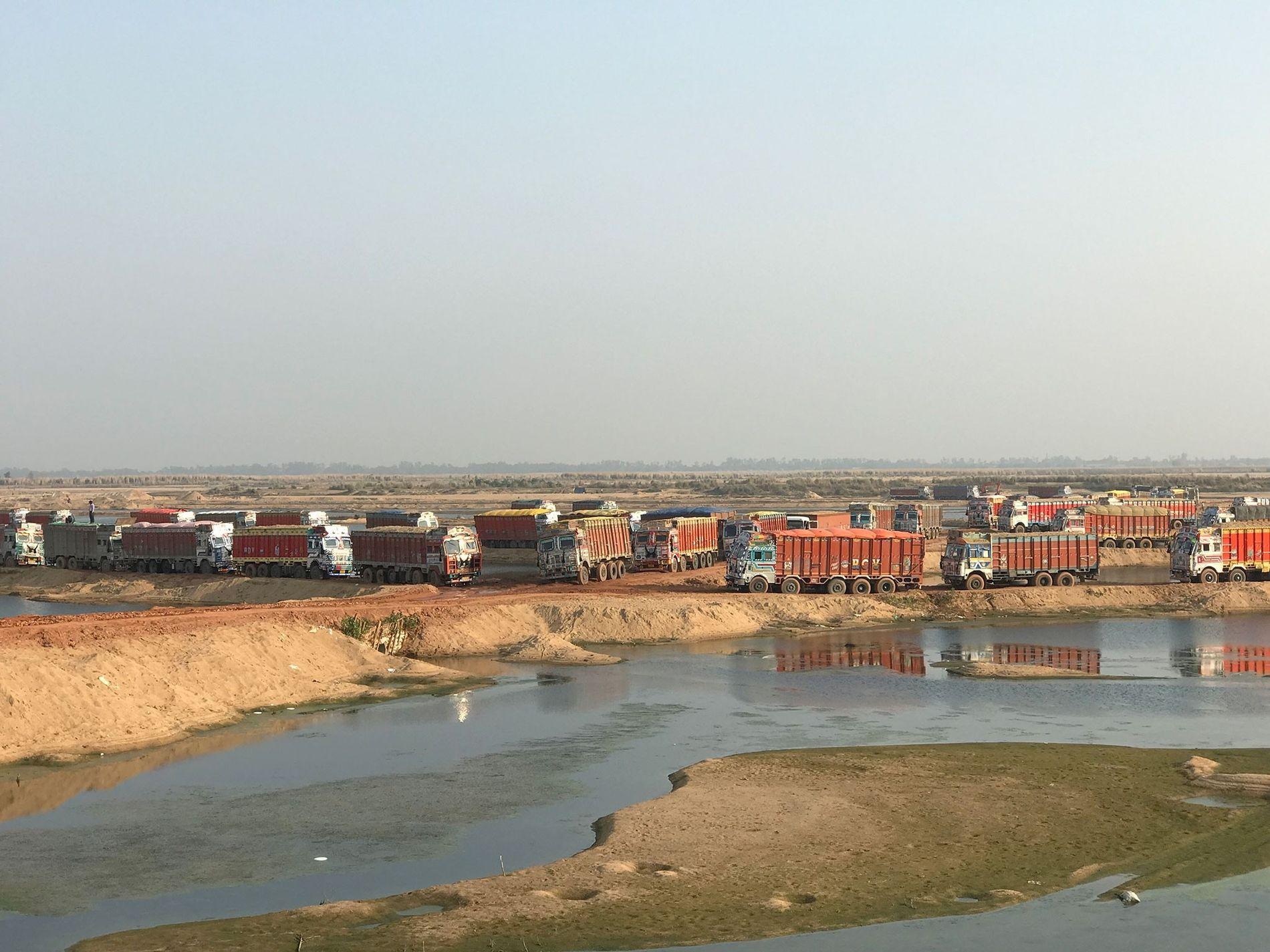 Sur la rivière Son dans l'État indien de Bihar, près de 300 camions défilent chaque jour ...
