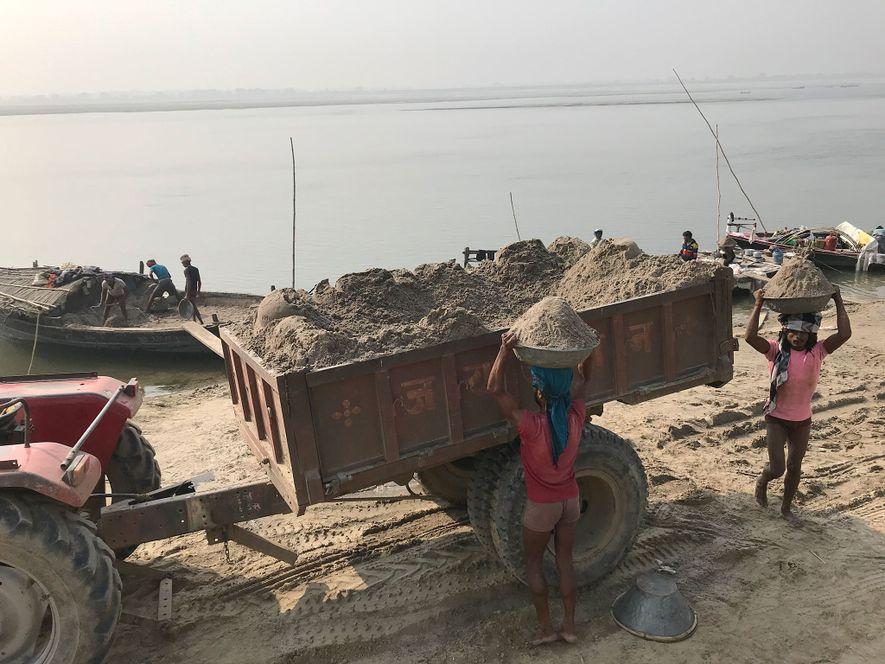 Des mineurs de sable extirpent leur précieuse denrée du Gange, dans l'État d'Uttar Pradesh. L'extraction manuelle ...