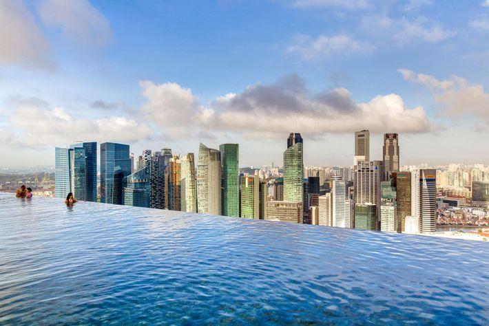 MARINA BAY, SINGAPOUR - Cette immense piscine infinie à Singapour domine l'hôtel de Marina Bay Sands ...
