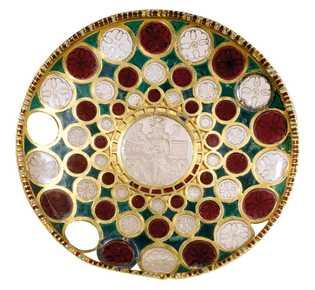 Un roi sassanide intronisé forme le centre d'une coupe datant du 5e ou 6e siècle, décorée de ...