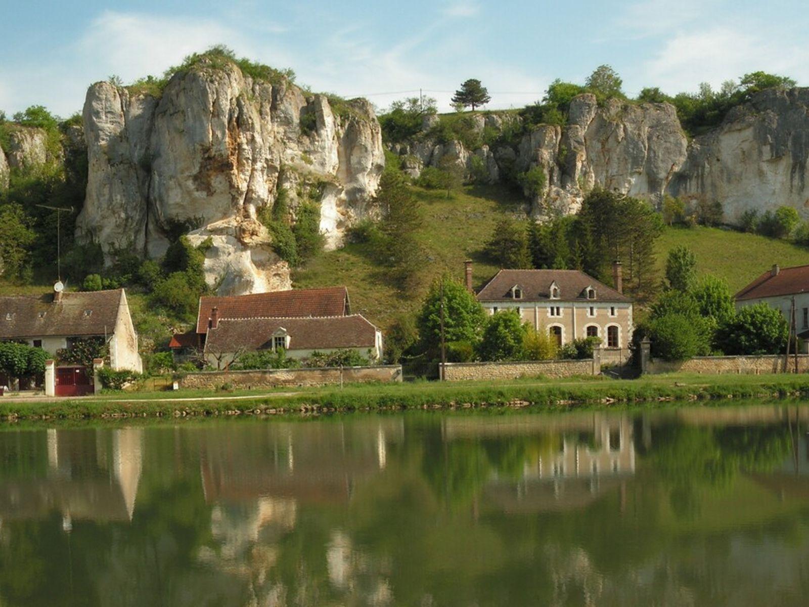 Les Rochers du Saussois. Falaises formées de calcaire situées à côté de l'Yonne dans le commune ...