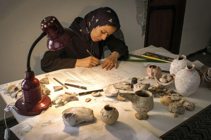 Zahra Sarokhani, chercheuse à l'université de Téhéran, répertorie les objets trouvés à Jiroft en vue de ...