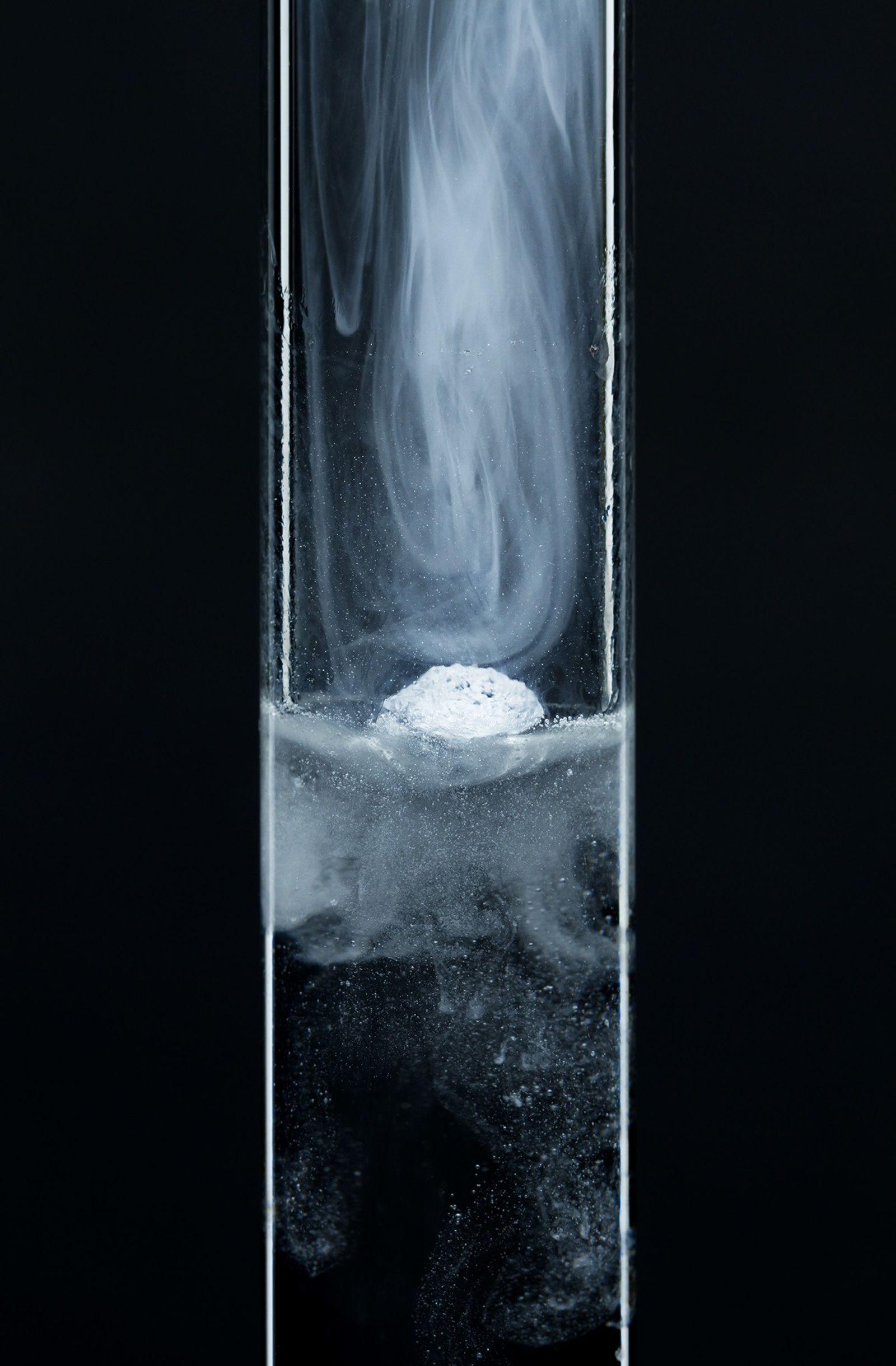 Lorsqu'un morceau de potassium métallique est déposé dans un tube à essai rempli d'eau, il se ...