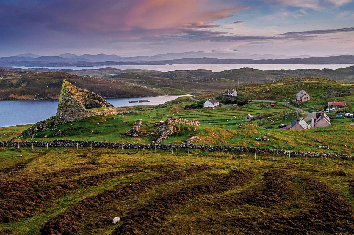 Sur l'île de Lewis, l'Histoire se cache derrière chaque pierre des collines qui bordent Dun Carloway. ...