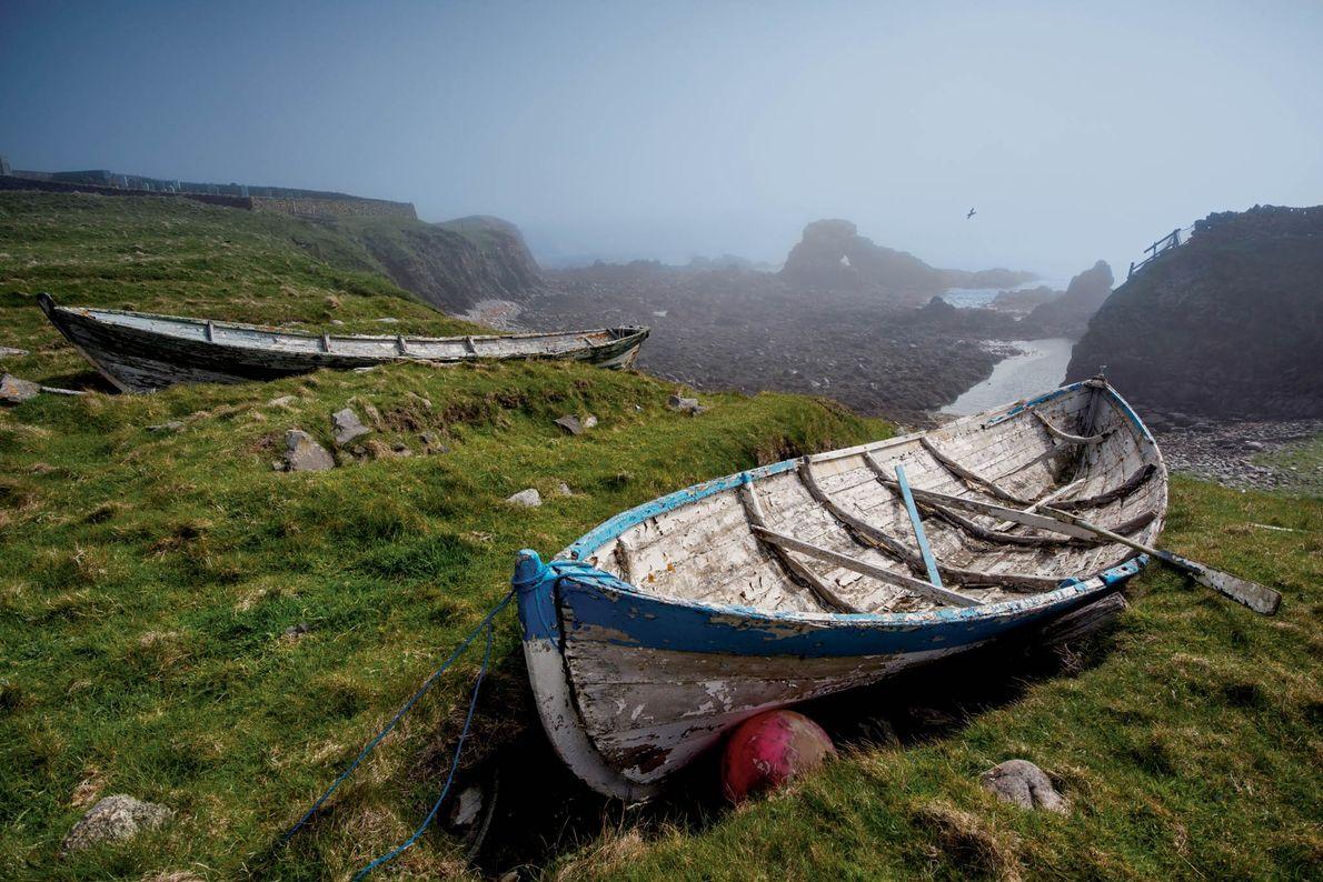 Sur l'île, les pêcheurs remontent et entreposent leurs barques, appelées yoals, sur la plage, au creux ...