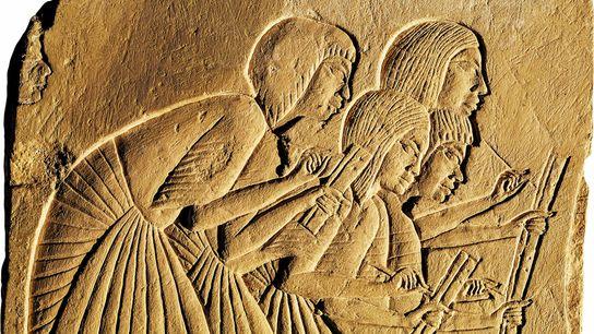 Des scribes notant les mots des tout-puissants sont représentés dans ce relief de la tombe d'Horemheb, ...