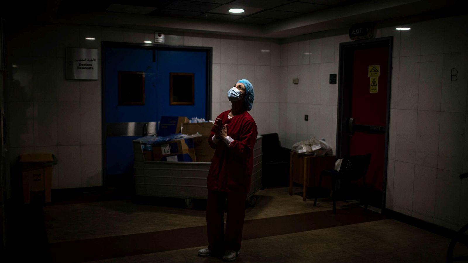 Une infirmière prie dans les couloirs de l'unité de soins intensifs de l'hôpital universitaire Rafik Hariri, ...