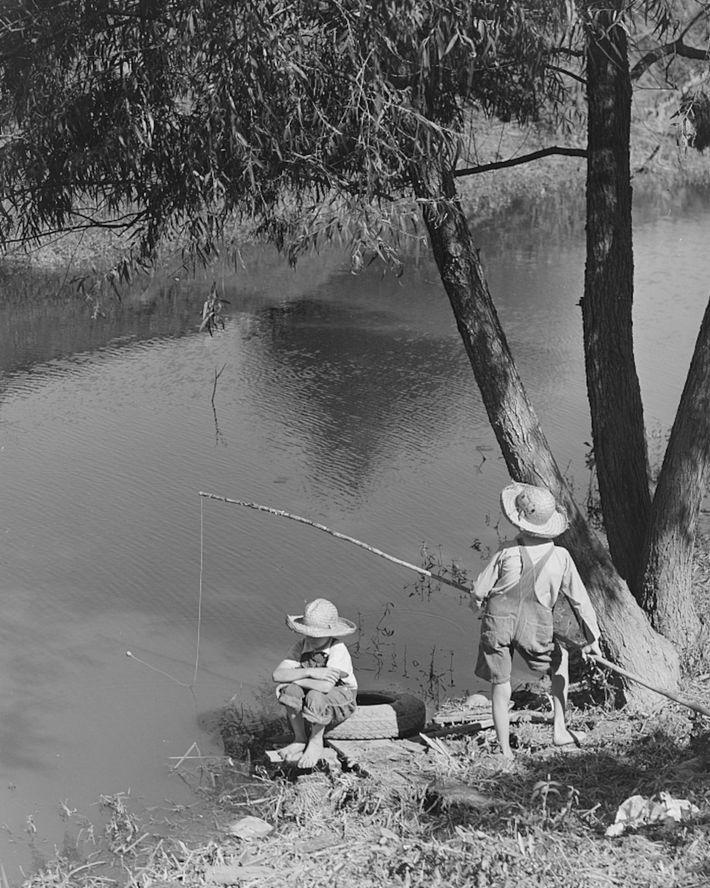 1940 : des enfants acadiens pêchent dans un bayou dans la paroisse de Terrebonne.