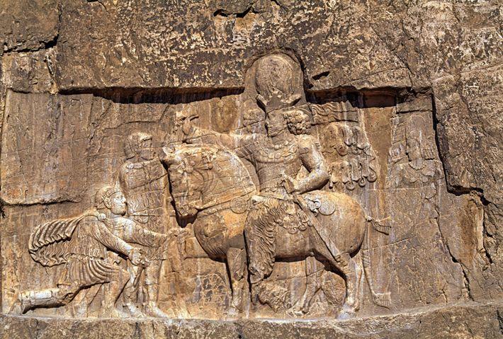 Ce relief de la nécropole de Naqsh-e Rostam représente le roi sassanide Châhpuhr Ier forçant l'empereur romain ...