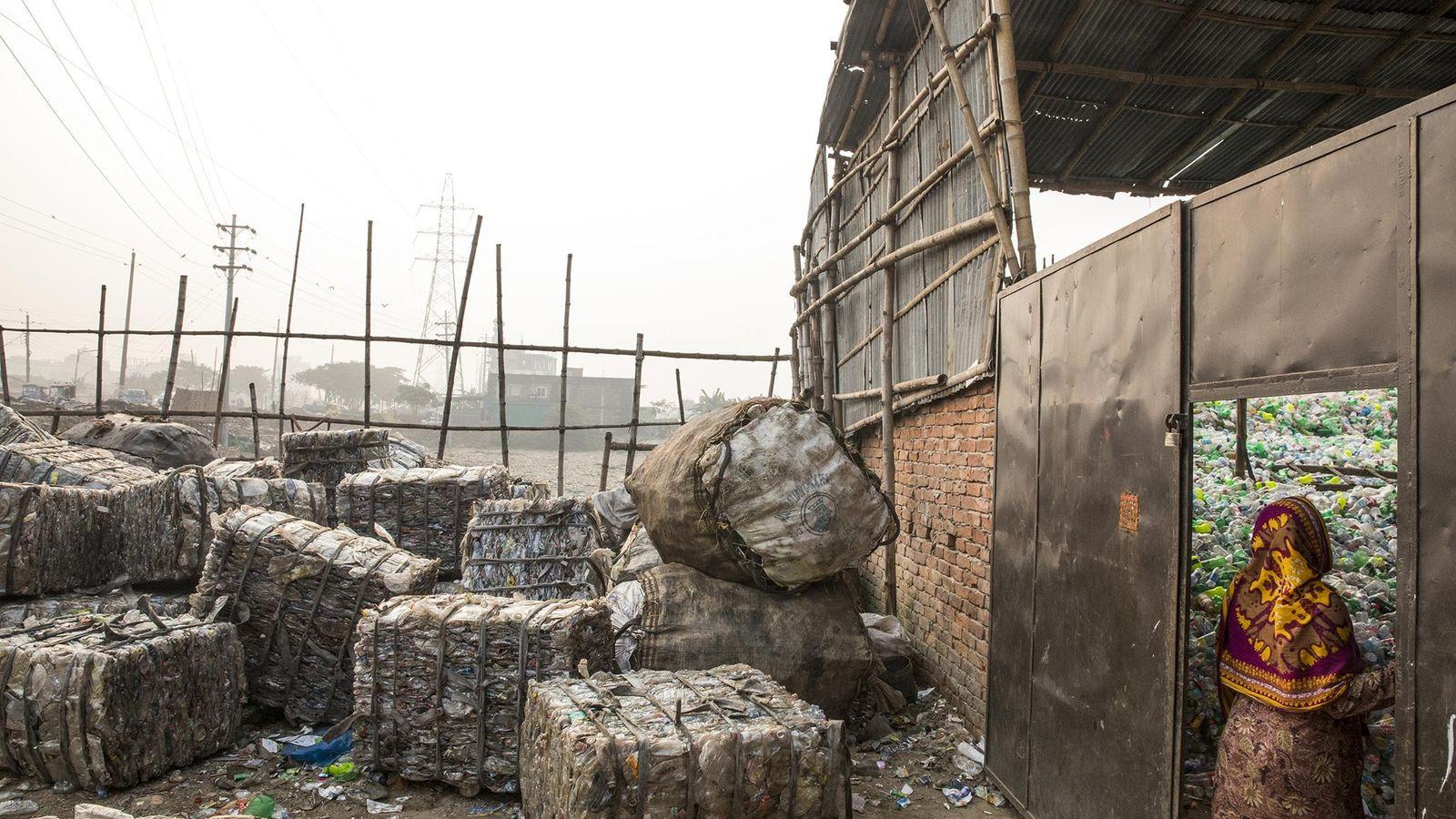 Des ballots de plastique attendent d'être recyclés à Dhaka, au Bangladesh.