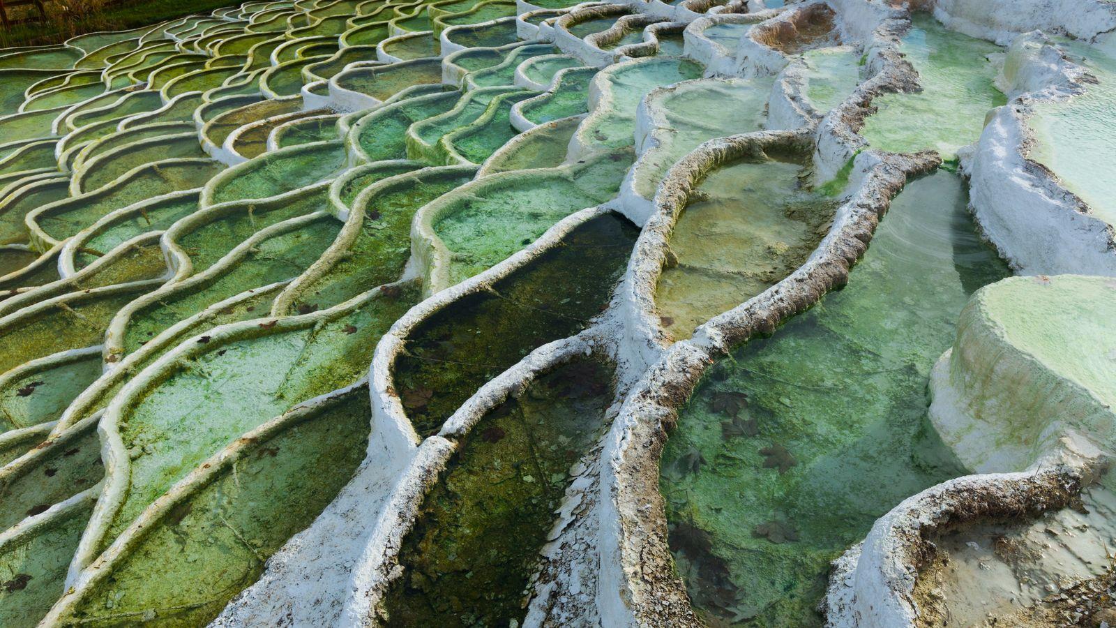 Les eaux thermales colorées d'Egerszalok reposent dans des formations de pierre calcaire en terrasse recouvertes de ...