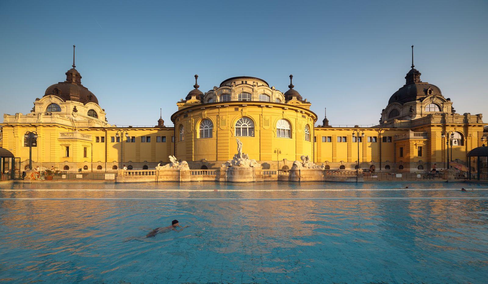 Les bains médicinaux néo-baroques Széchenyi Fürdő sont les thermes principaux de Budapest, abrités dans un bâtiment ...