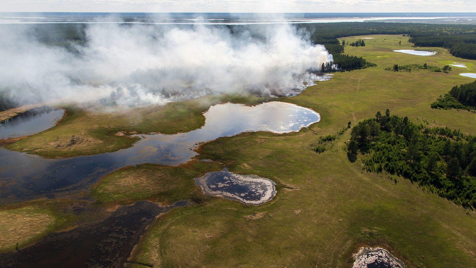 Une forêt brûle en Yakoutie centrale, l'une des régions les plus froides de Russie. Les forêts ...