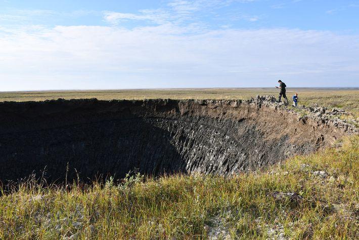 Des chercheurs inspectent le cratère peu de temps après sa découverte dans l'espoir de mieux comprendre ...