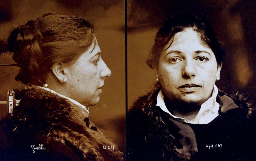 Photos de Mata Hari figurant dans les fichiers de la police furent prises peu après son ...