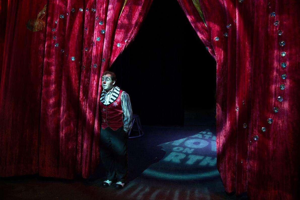 Victor Rossi, un clown qui a débuté sa carrière en France, attend dans les coulisses de ...