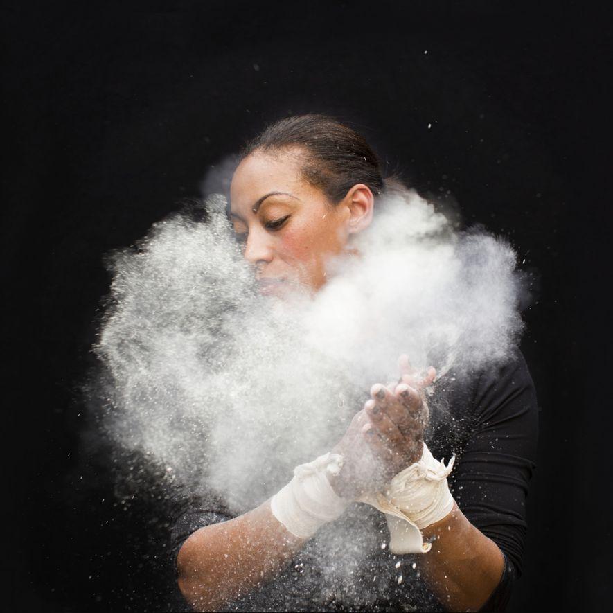 Kristin Finley, une trapéziste, disparaît dans un nuage de fumée. Elle joue plusieurs rôles au sein ...