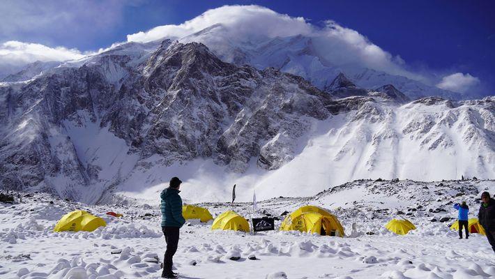 Depuis son camp de base, Nims contemple le sommet de l'Annapurna. Après avoir coché les 6 ...