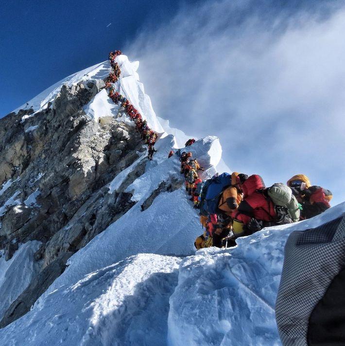 Entre le sommet de l'Everest et celui voisin du Lhotse, Nims a photographié cet embouteillage d'alpinistes ...