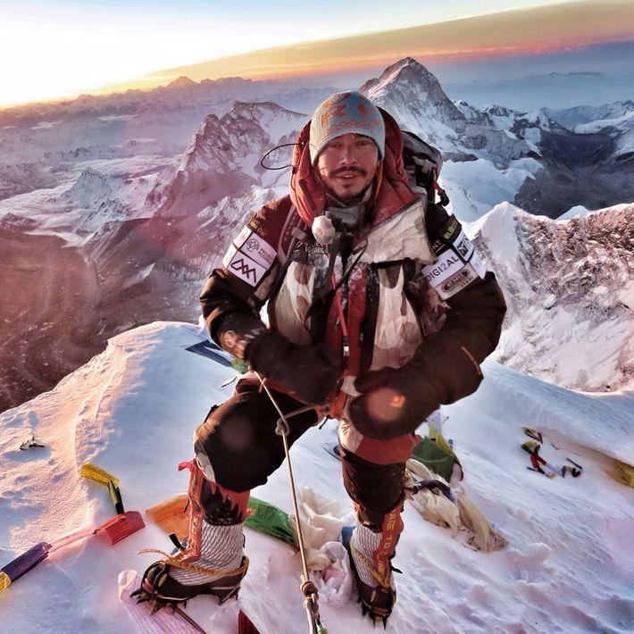 Le 22 mai 2019, Nirmal Purja Magar pose au sommet du mont Everest au terme de ...