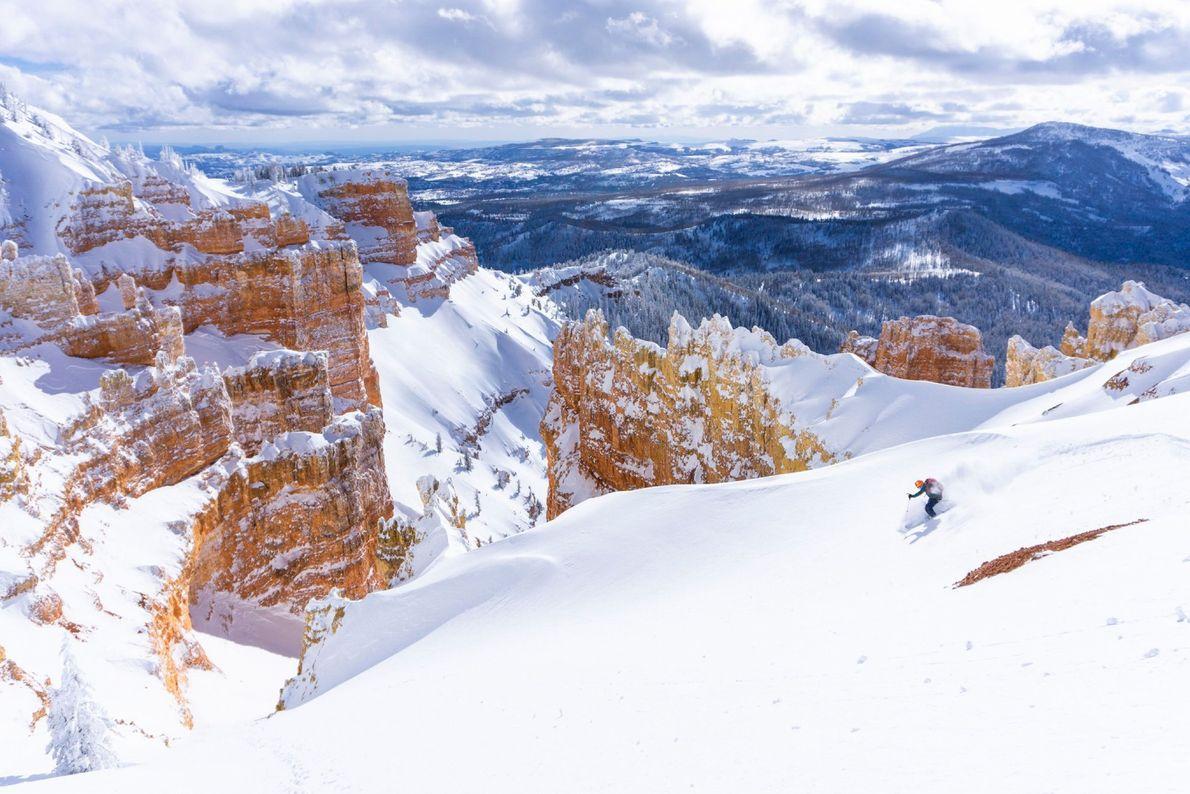 Les couleurs chaudes de la roche du canyon contrastent avec le blanc immaculé des pistes de ...